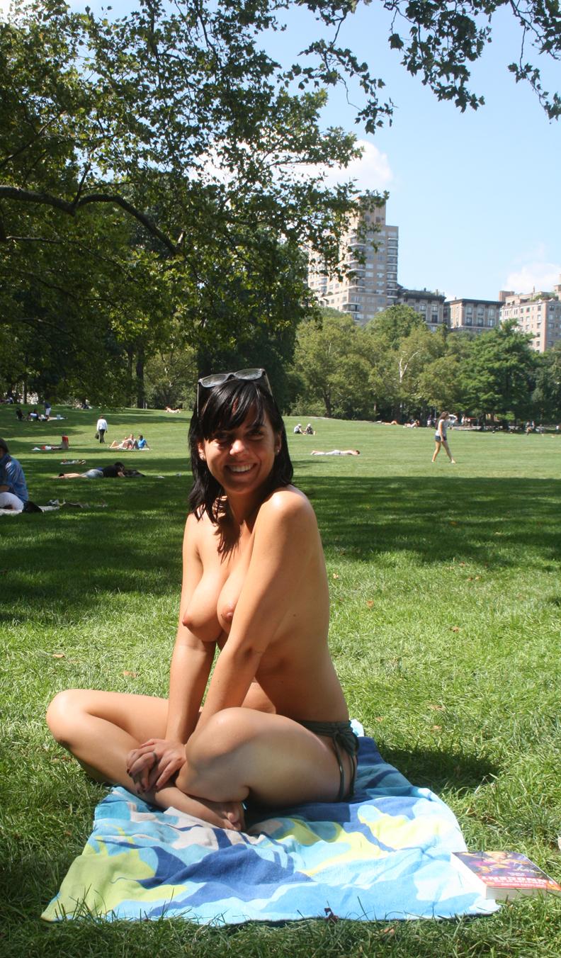http://fotkiprosto.ru/wp-content/uploads/2013/10/po-gorodu-topless.jpg